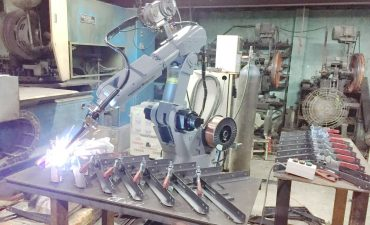 Ứng dụng vượt trội của robot hàn gia công cơ khí trong sản xuất công nghiệp